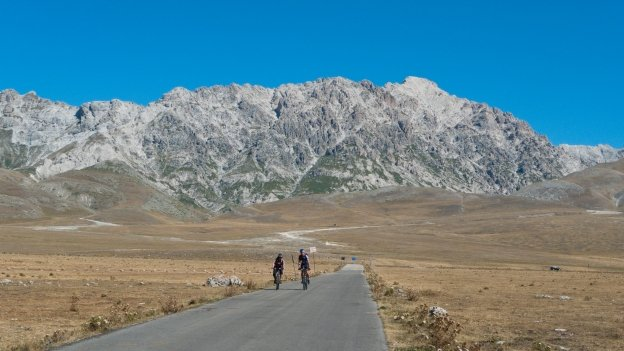 Cyclists in the Gran Sasso national park (Abruzzo) - Campo Imperatore