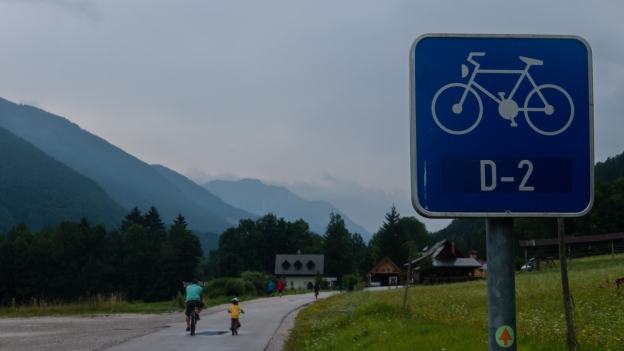 Cyclists on the D2 cycleway in Slovenija near Kranskja Gora