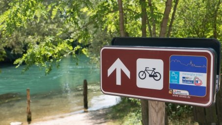 Sign for the München-Venezia cycle route on the River Sile