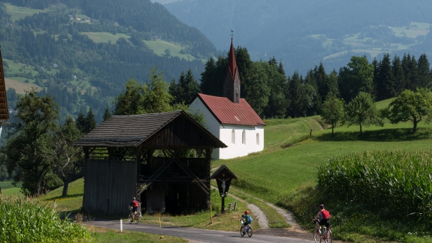 Cyclists on the Drauradweg near Ebenberg