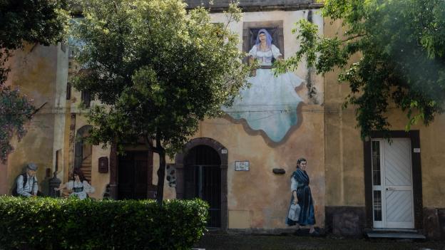 Mural in Tinnura - 'Caminzende sa die ..' by Pina Monne