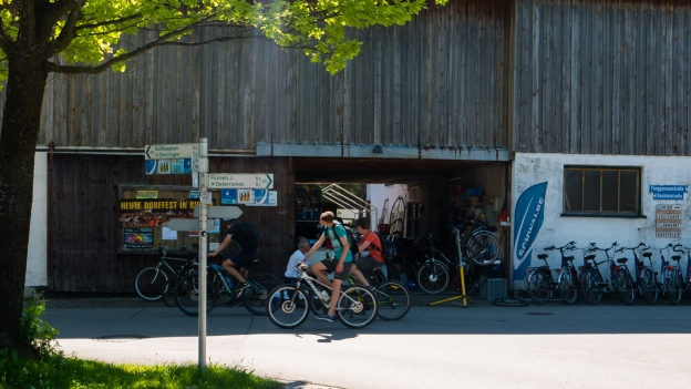 Cyclists riding past the Radlerhof am Forggensee