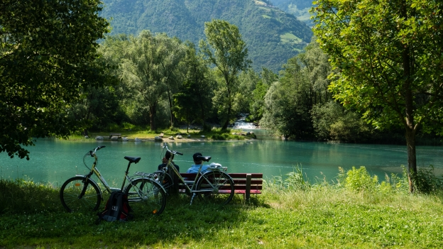 Cyclists relaxing by the river near Rabland (Rablà)