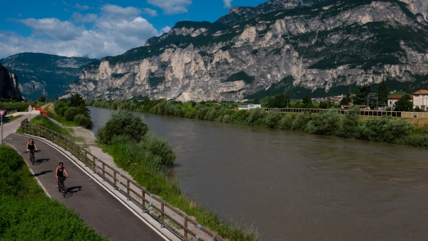 Cyclists on the Adige cycleway near Salurn