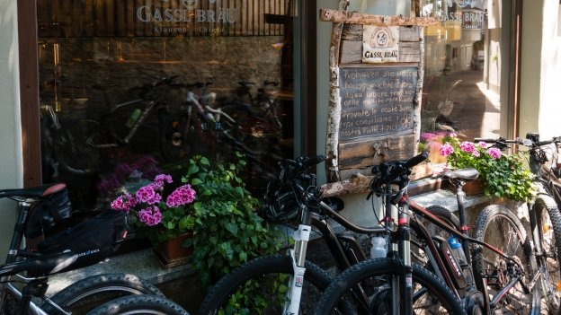 Bikes parked outside a restaurant in Klausen (Chiusa)