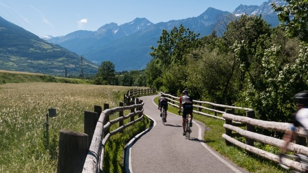 Cyclists on a section of the Etschradroute near Laatsch (Laudes)