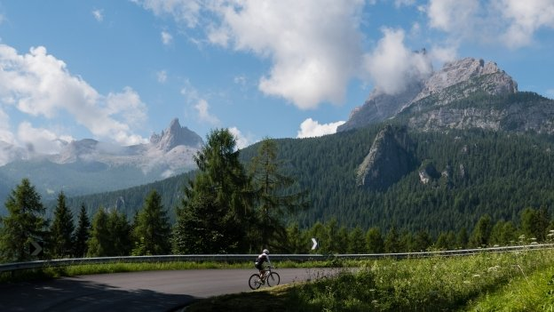 Cyclist on the road to the Passo Falzarego