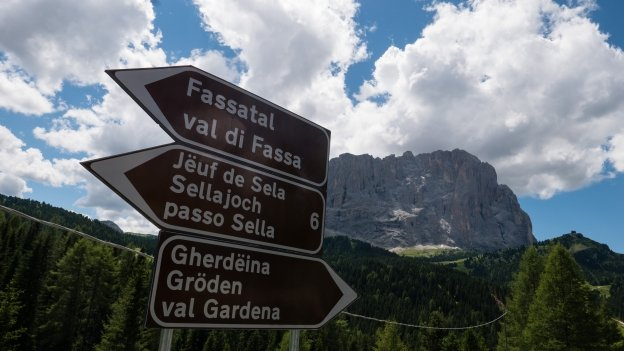 Road signs on the road to the Jouf de Sela (Passo di Sella/Sellajoch) from the Ju de Frara (Passo Gardena/Grödnerjoch)