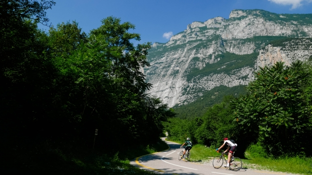Cyclists on the Sarca cycleway between Dro and Pietramurata