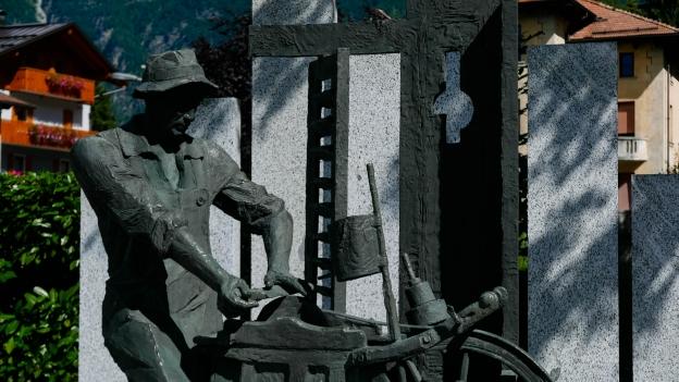 Pinzolo: Il Moleta: statue of an emigrant moleta (travelling knife-sharpener)
